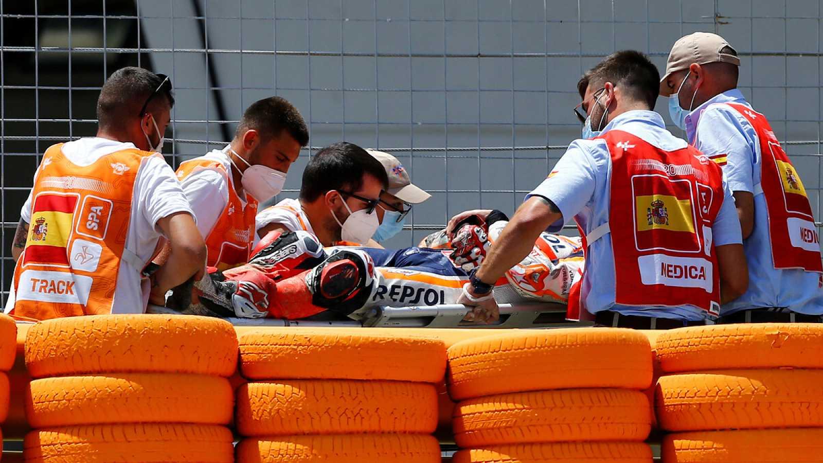 Imagen: Marc Márquez es llevado al ambulancia por los servicios médicos del circuito de Jerez