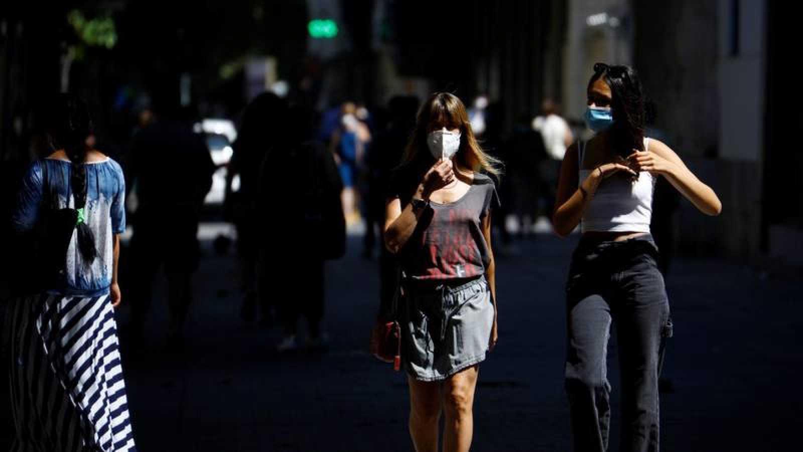 Varias personas caminan por una calle del centro de Córdoba con mascarillas puestas