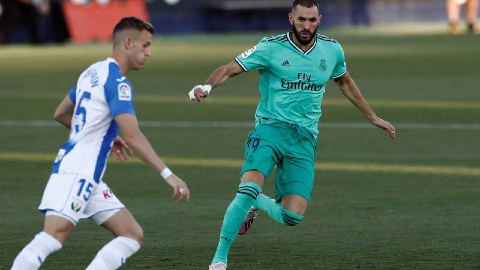 Rodrigo Tarín despeja ante la presión de Benzema.