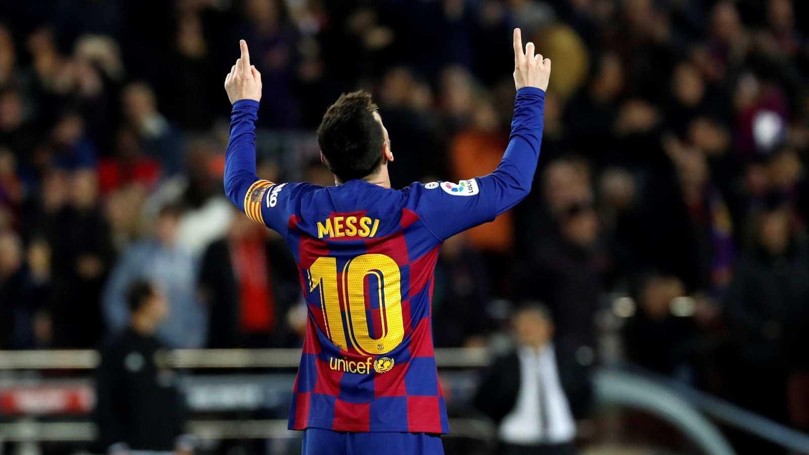 Leo Messi celebra un gol señalando al cielo