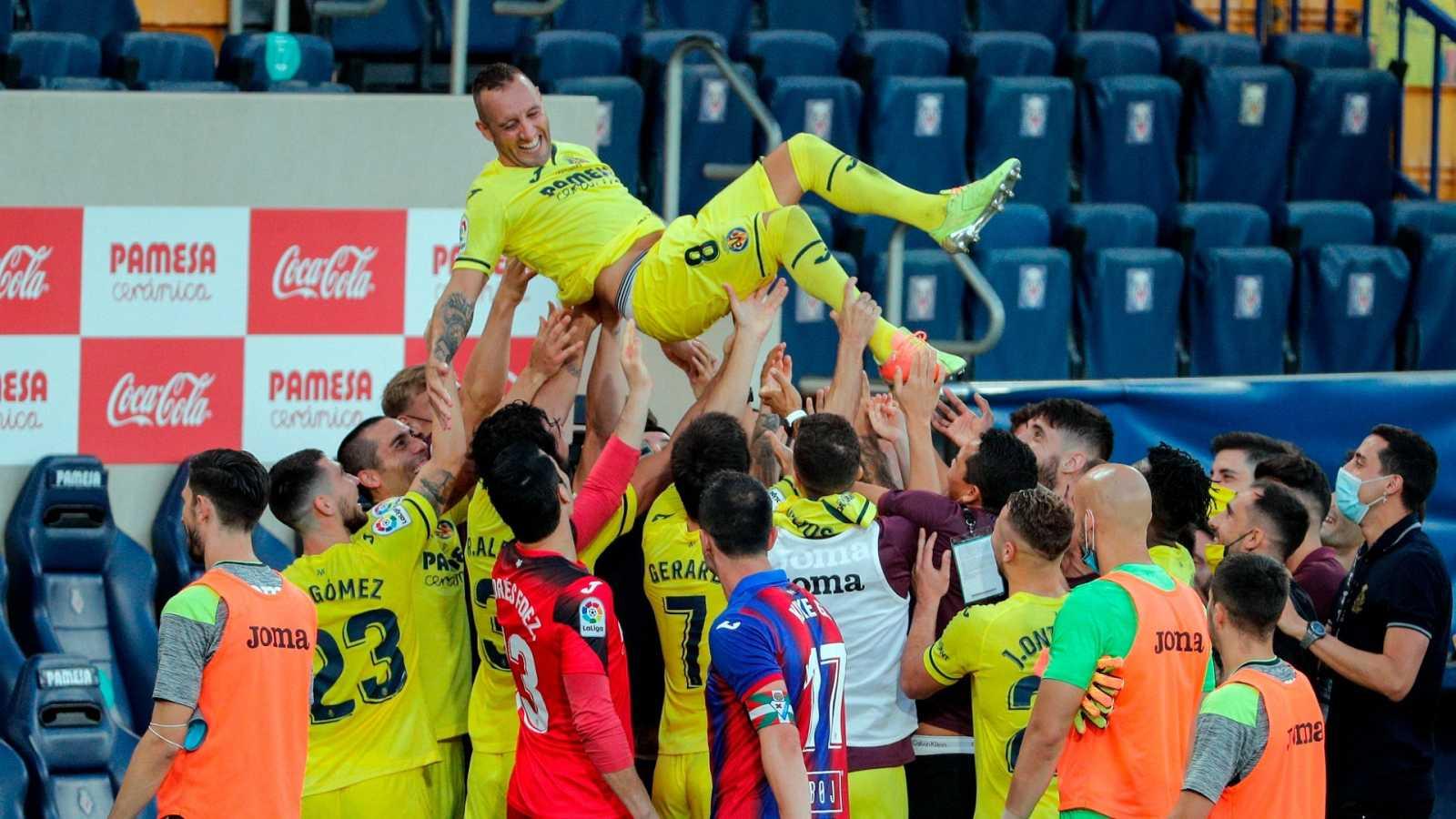 Los jugadores del Villarreal, mantean a su compañero Santi Cazorla, que abandona el club