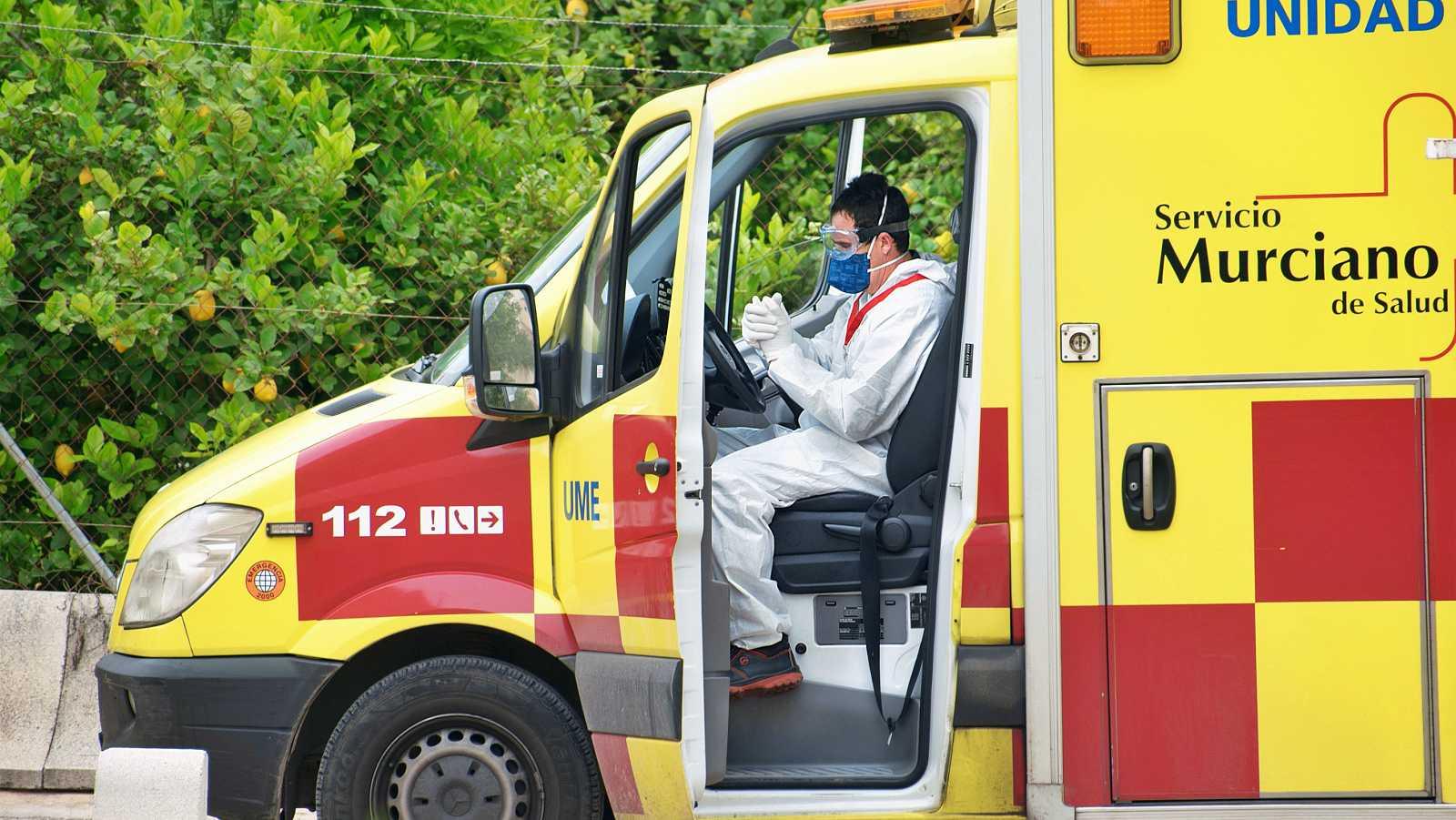 Trabajador del Servicio Murciano de Salud en una ambulancia.