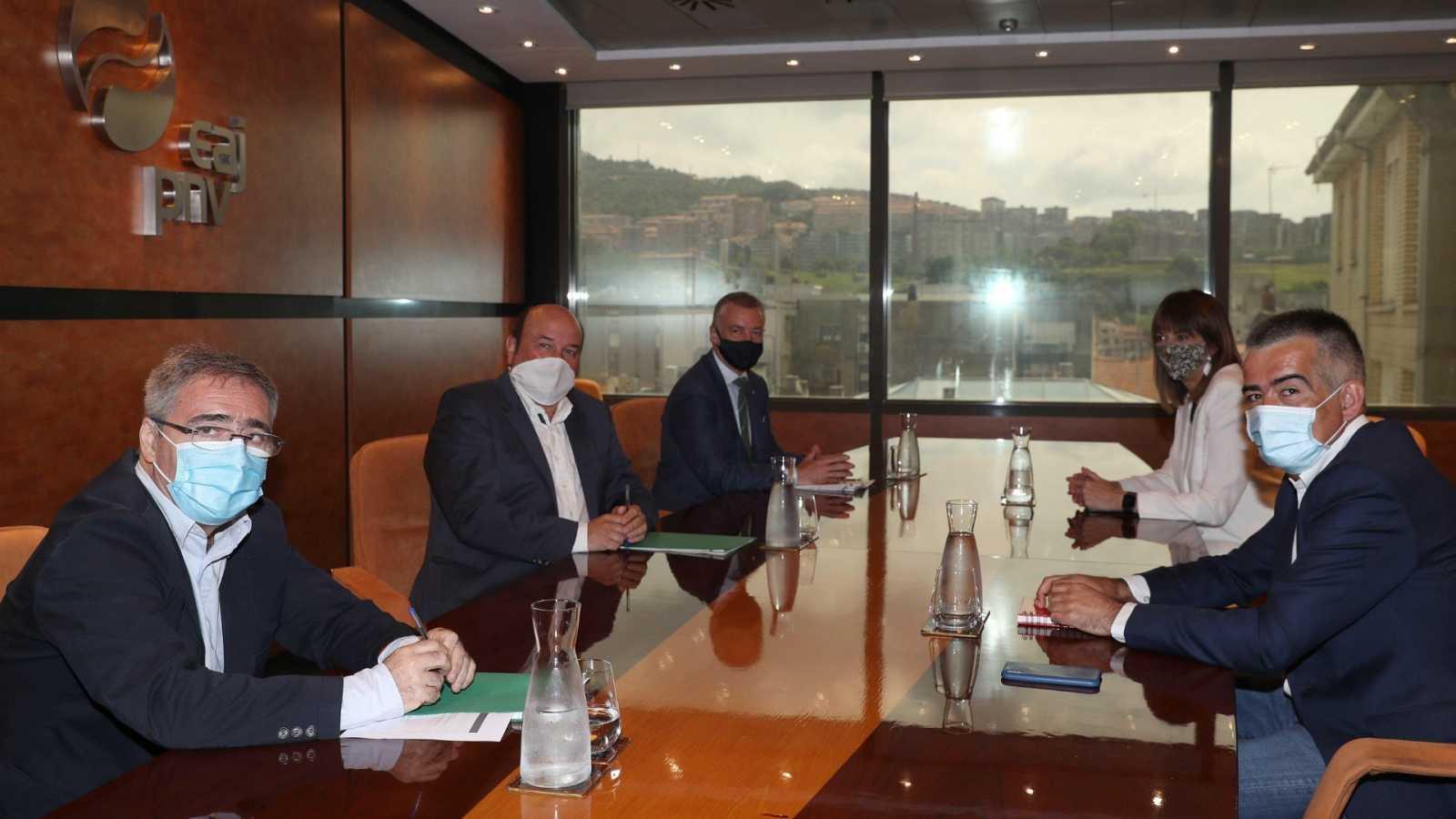 Imagen de archivo de la reunión que el PNV y el PSE manuvieron en el mes de julio