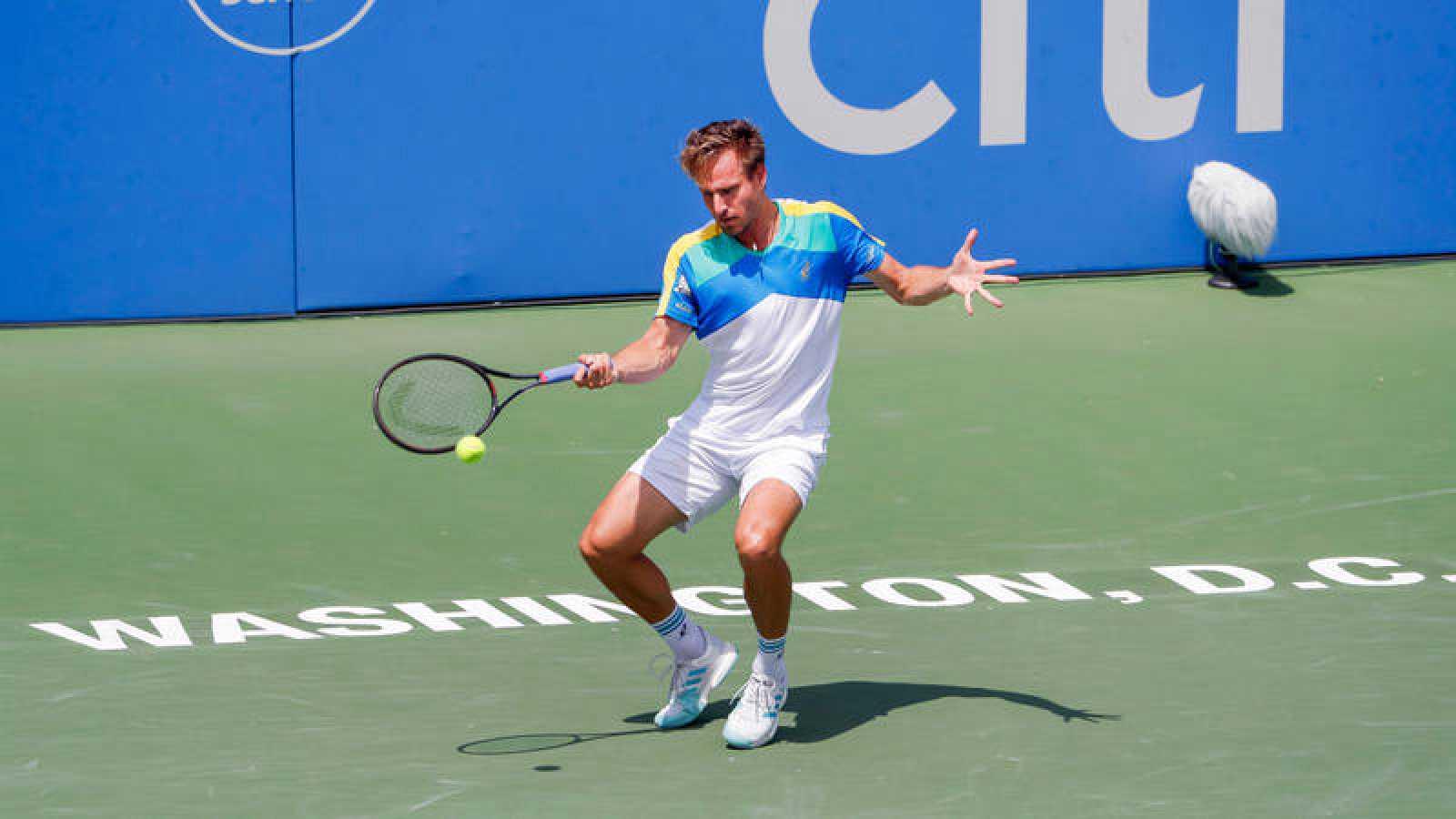 El tenista alemán Peter Gojowczyk golpea una pelota durante el torneo de tenis de Washington