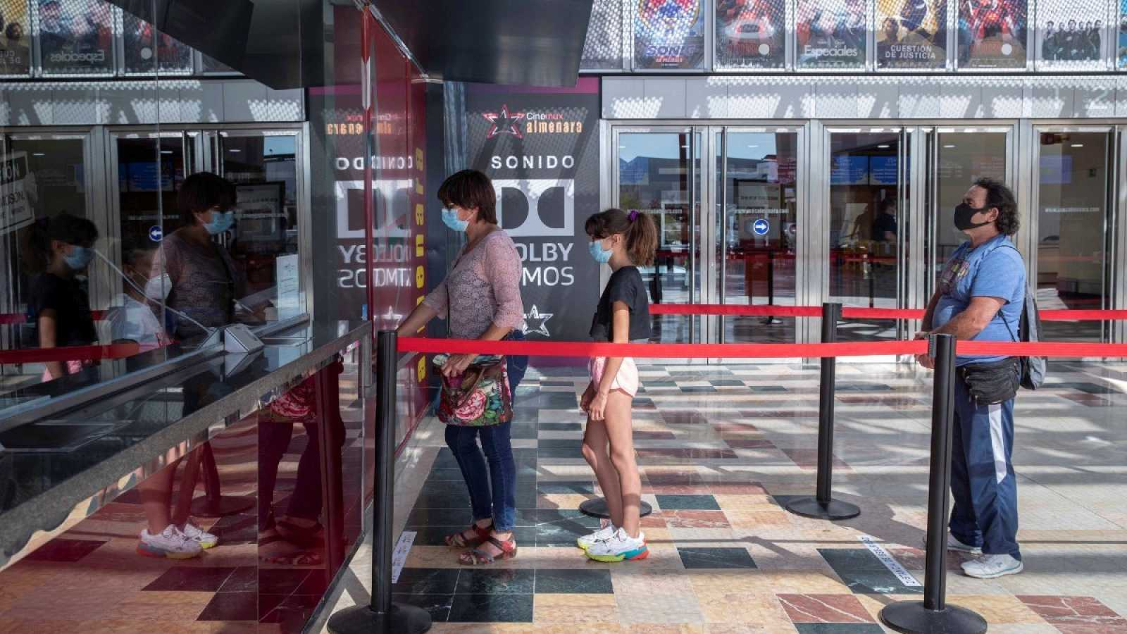 Varias personas esperan para sacar una entrada, en unos cines de Lorca, cuando a finales de mayo fueron de los primeros en reabrir en España