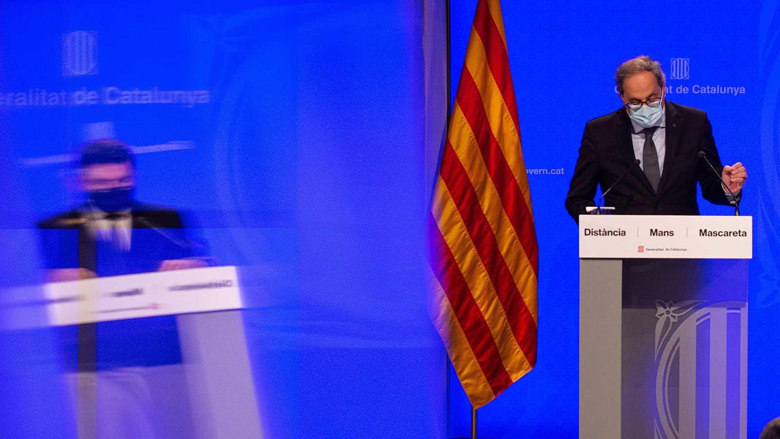 El presidente de la Generalitat, Quim Torra, y el vicepresidente del Govern y conseller de Economía, Pere Aragonès (que aparece en un reflejo de un cristal