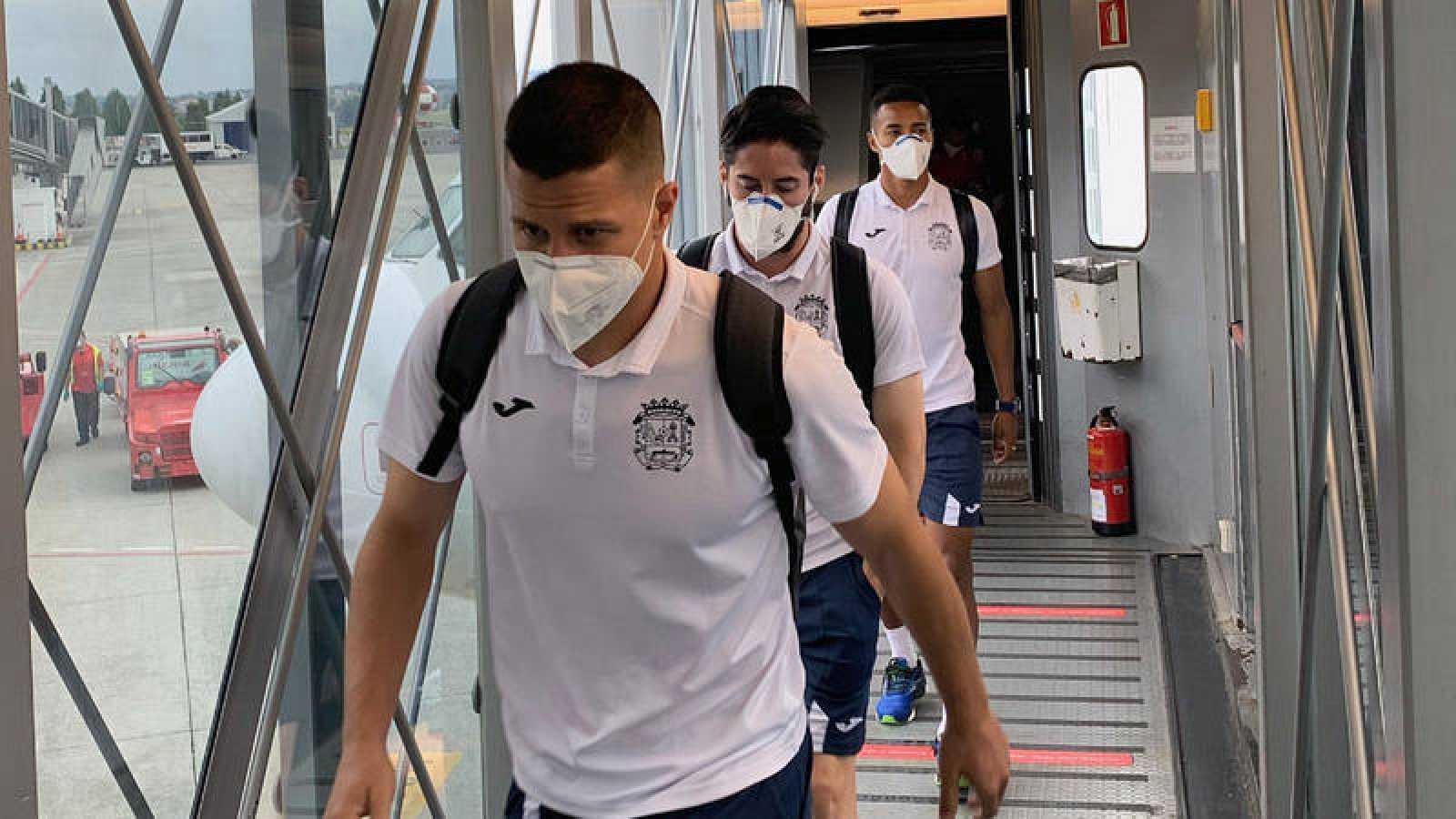 Jugadores del Fuenlabrada a su llegada al aeropuerto de A Coruña