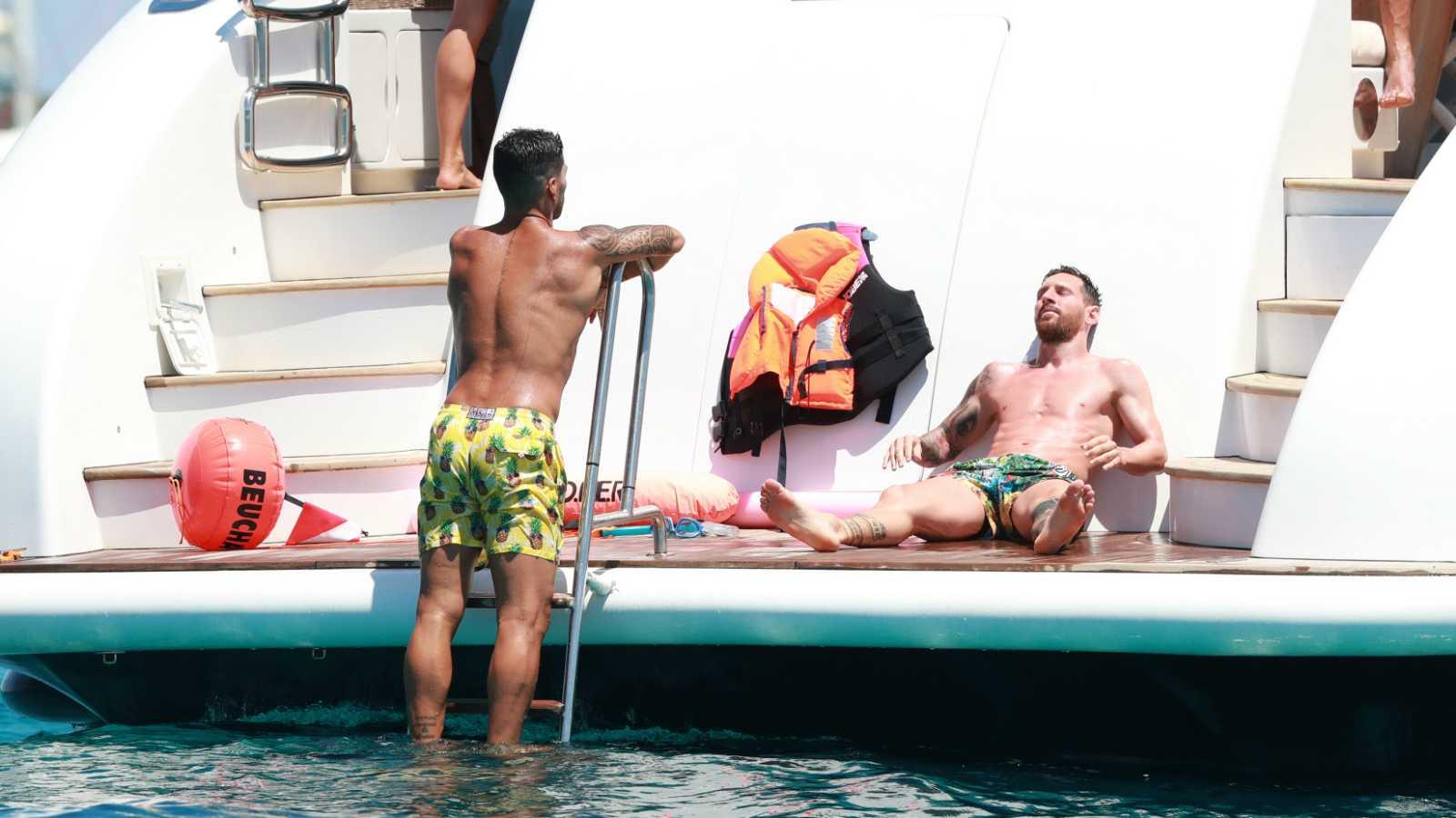 Luis Suárez y Leo Messi toman el sol y se bañan en un yate en Ibiza en el verano 2020