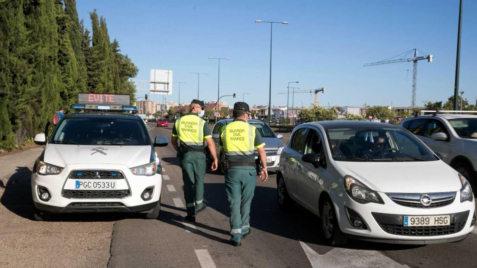 Agentes de la Guardia Civil realizan un control de tráfico en Zaragoza.