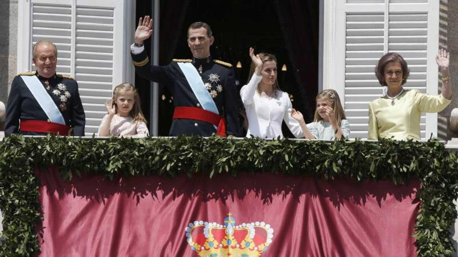 Los reyes Felipe y Letizia y el resto de la Familia Real, en la proclamación de Felipe VI en 2014