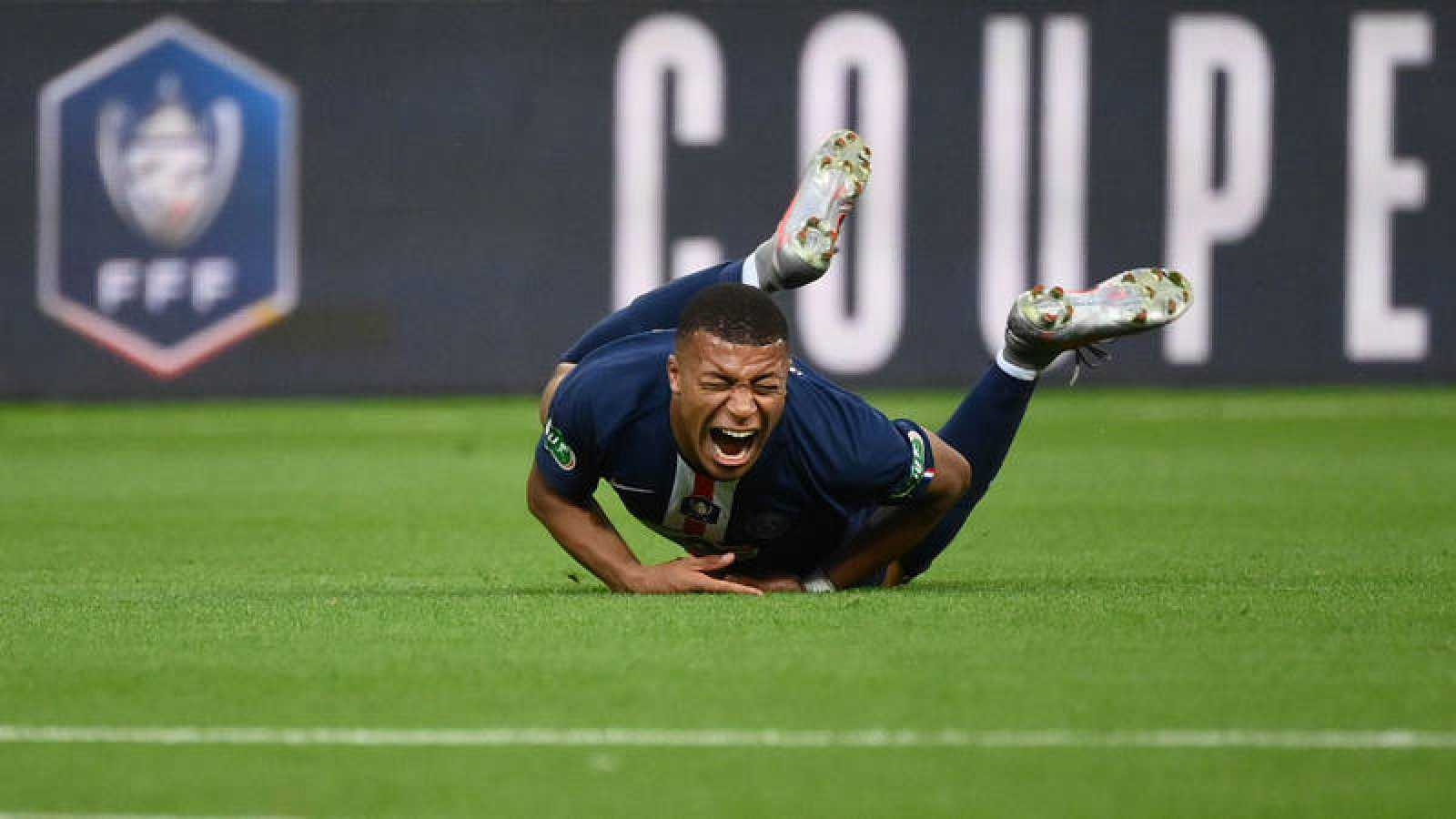Mbappé se duele sobre el césped del Estadio de Francia