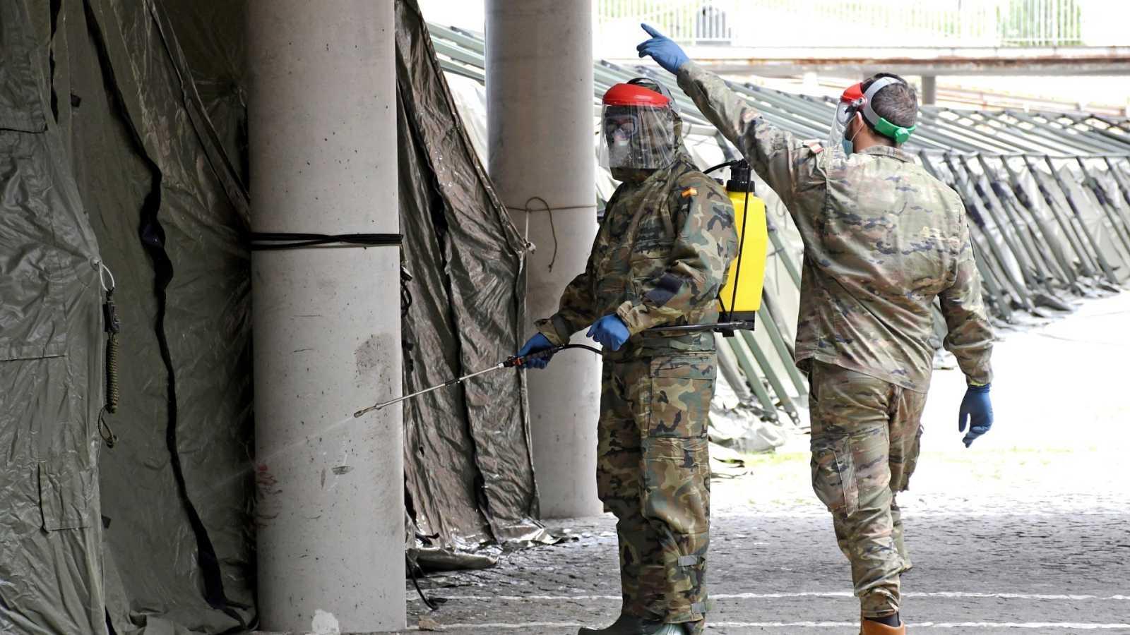 Miembros del Regimiento de Ingenieros del Ejército de Tierra desinfectan un hospital de campaña en Segovia.
