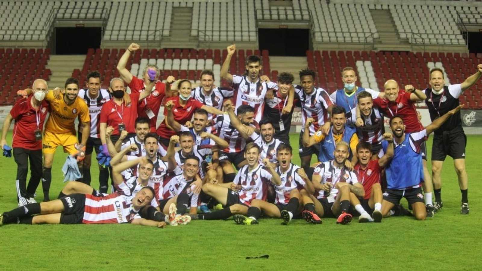 La plantilla del Logroñés celebra el ascenso a Segunda B