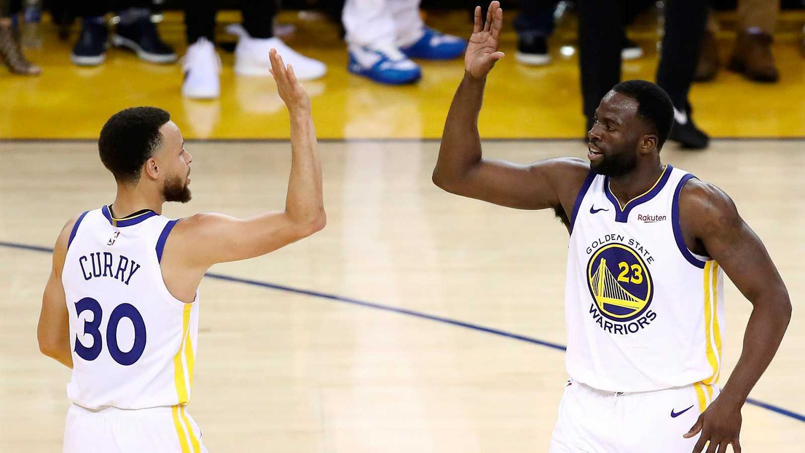 Imagen: Stephen Curry (i) y Draymond Green (d), dos de las ausencias en el regreso de la NBA