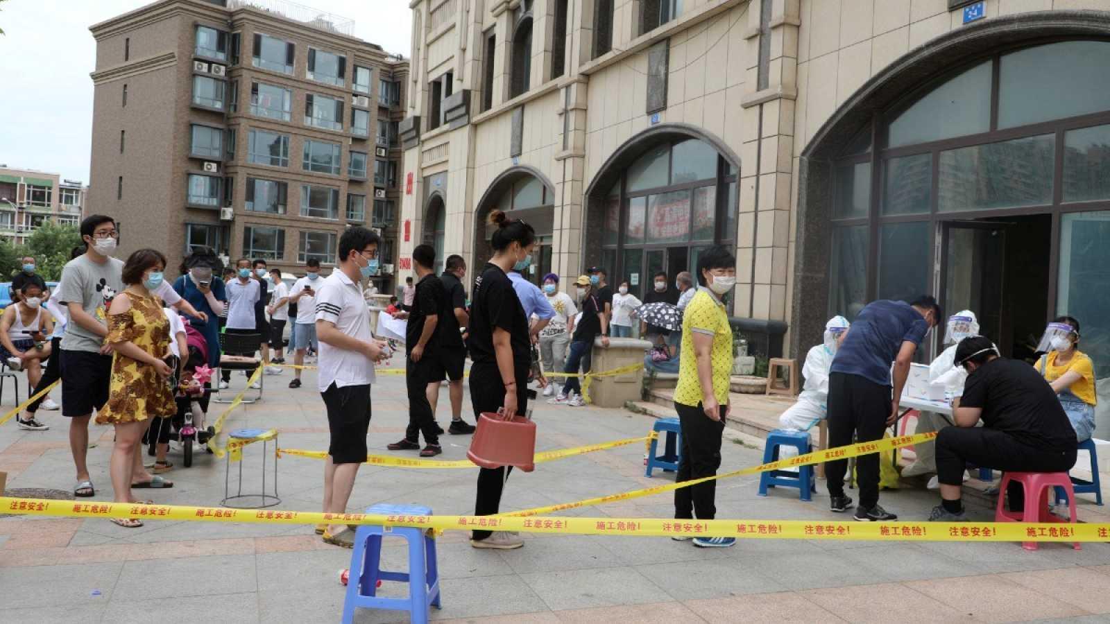 Residentes de la provincia de Liaoning esperan para realizarse la prueba del coronavirus