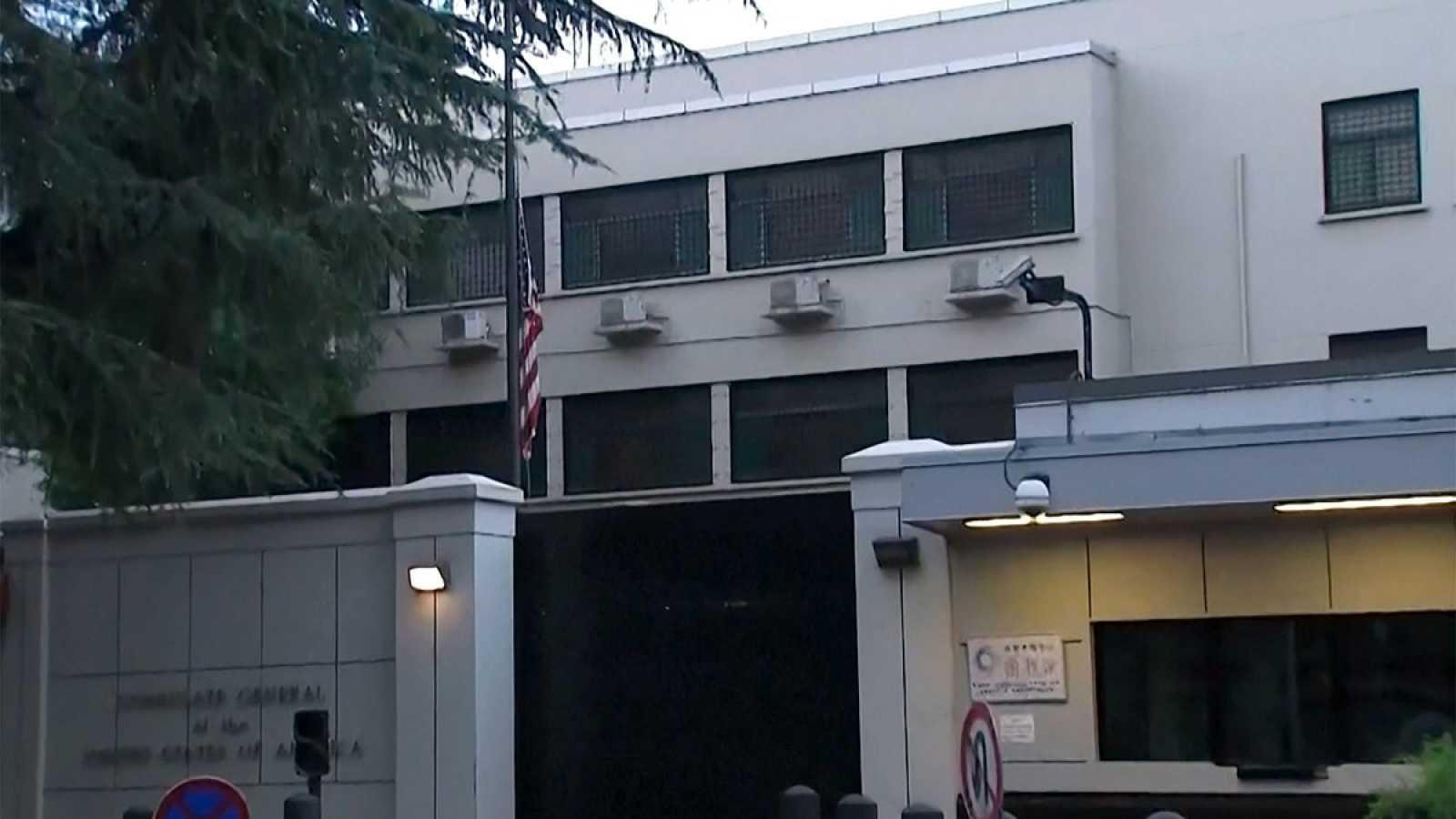 Arrían la bandera estadounidense del consulado de Chengdu, en una captura del vídeo emitido por la televisión estatal china