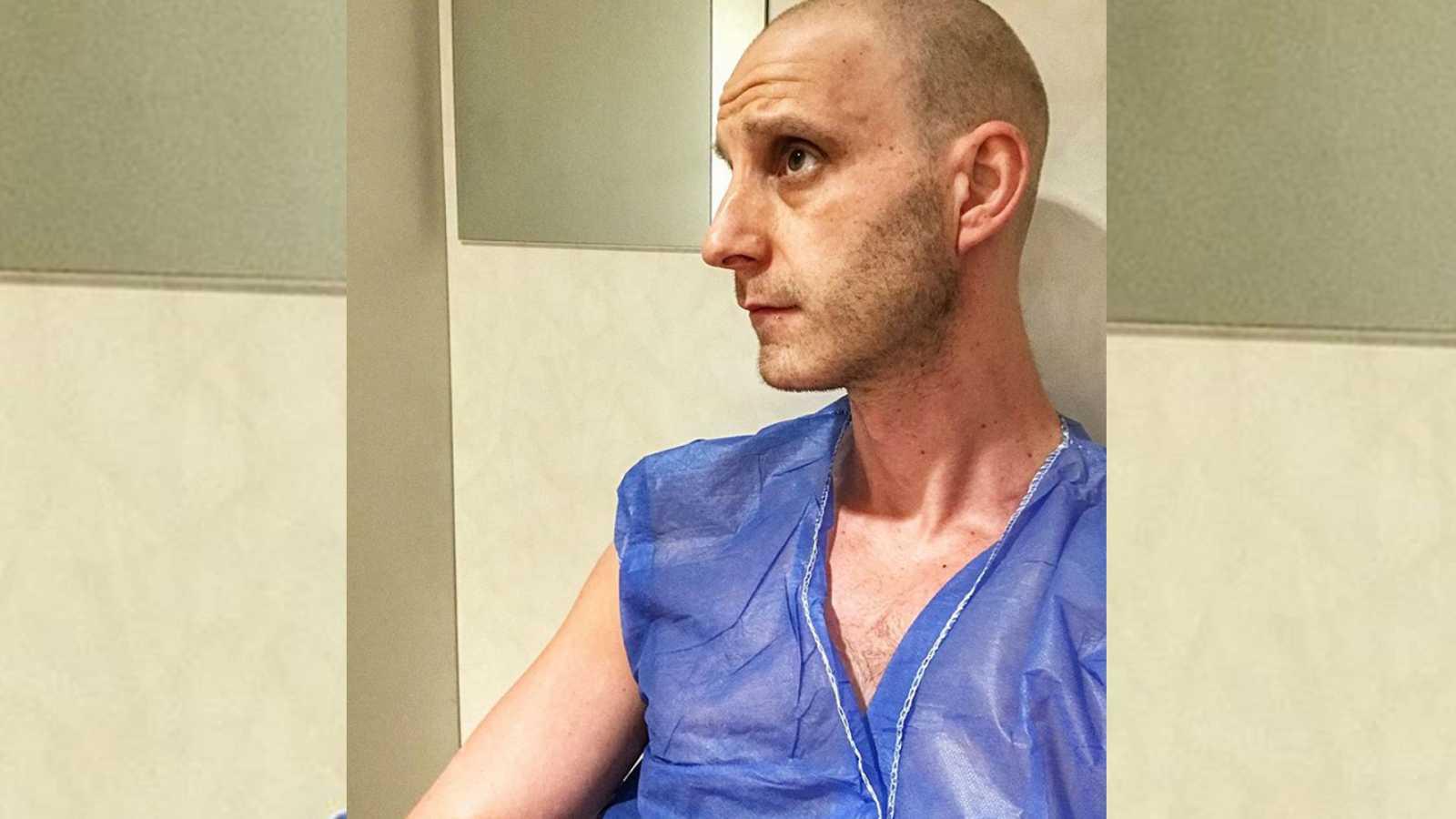 Dani Rovira en la sala de espera en sus ciclos de radioterapia. Lucha con humor contra el cáncer