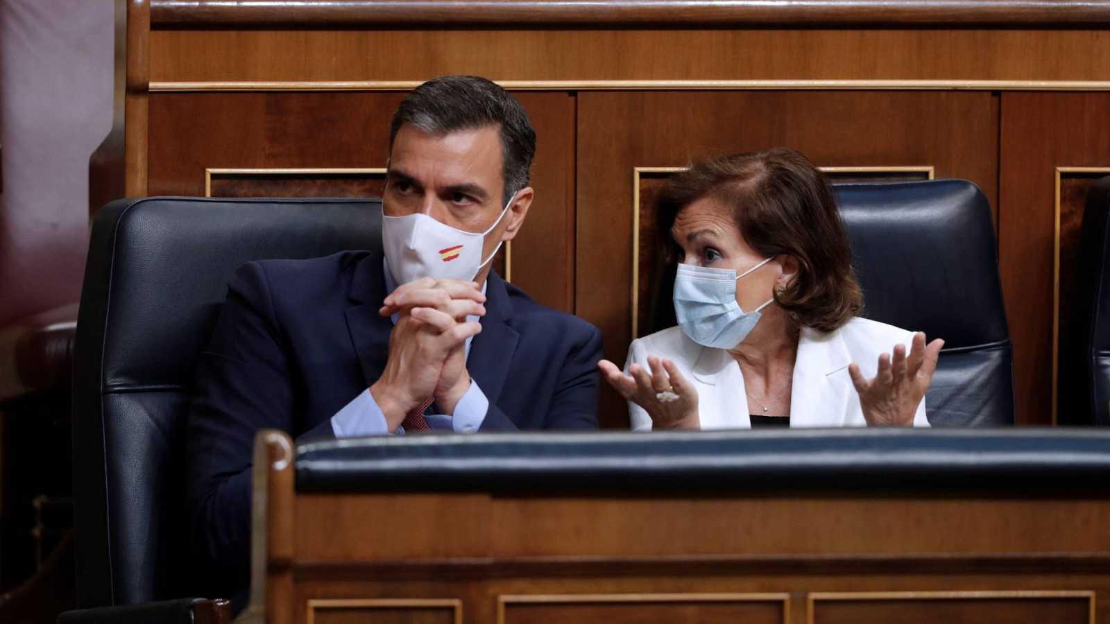 El presidente del Gobierno, Pedro Sánchez y la vicepresidenta primera, Carmen Calvo, durante el pleno del Congreso de este miércoles