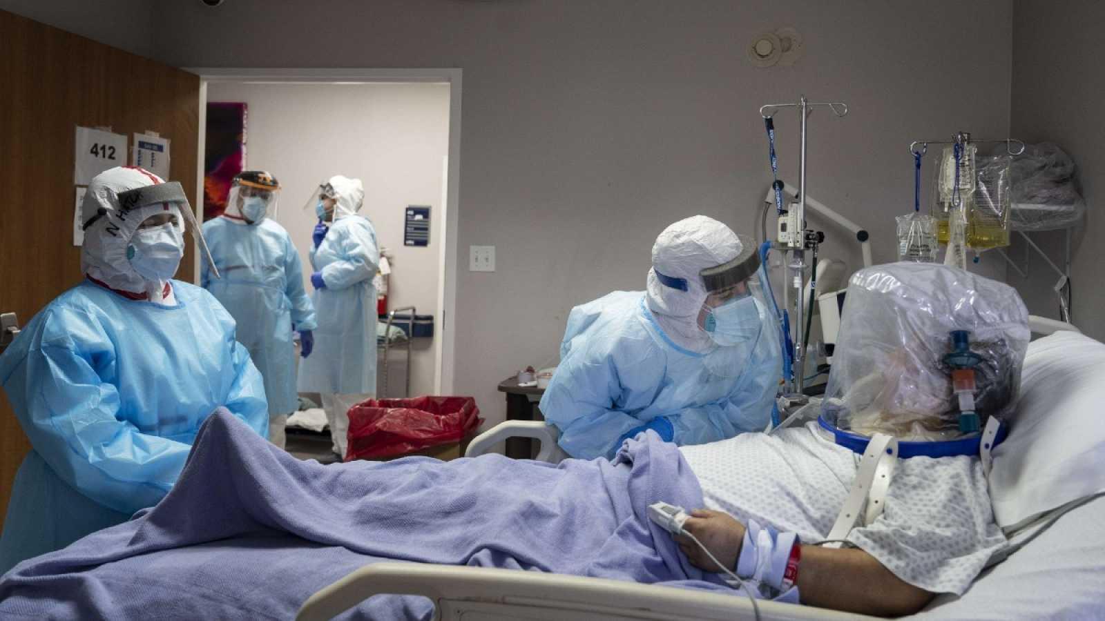 El equipo médico de un hospital de Houston, Texas, atiende a un paciente de COVID-19 que precisa de un respirador