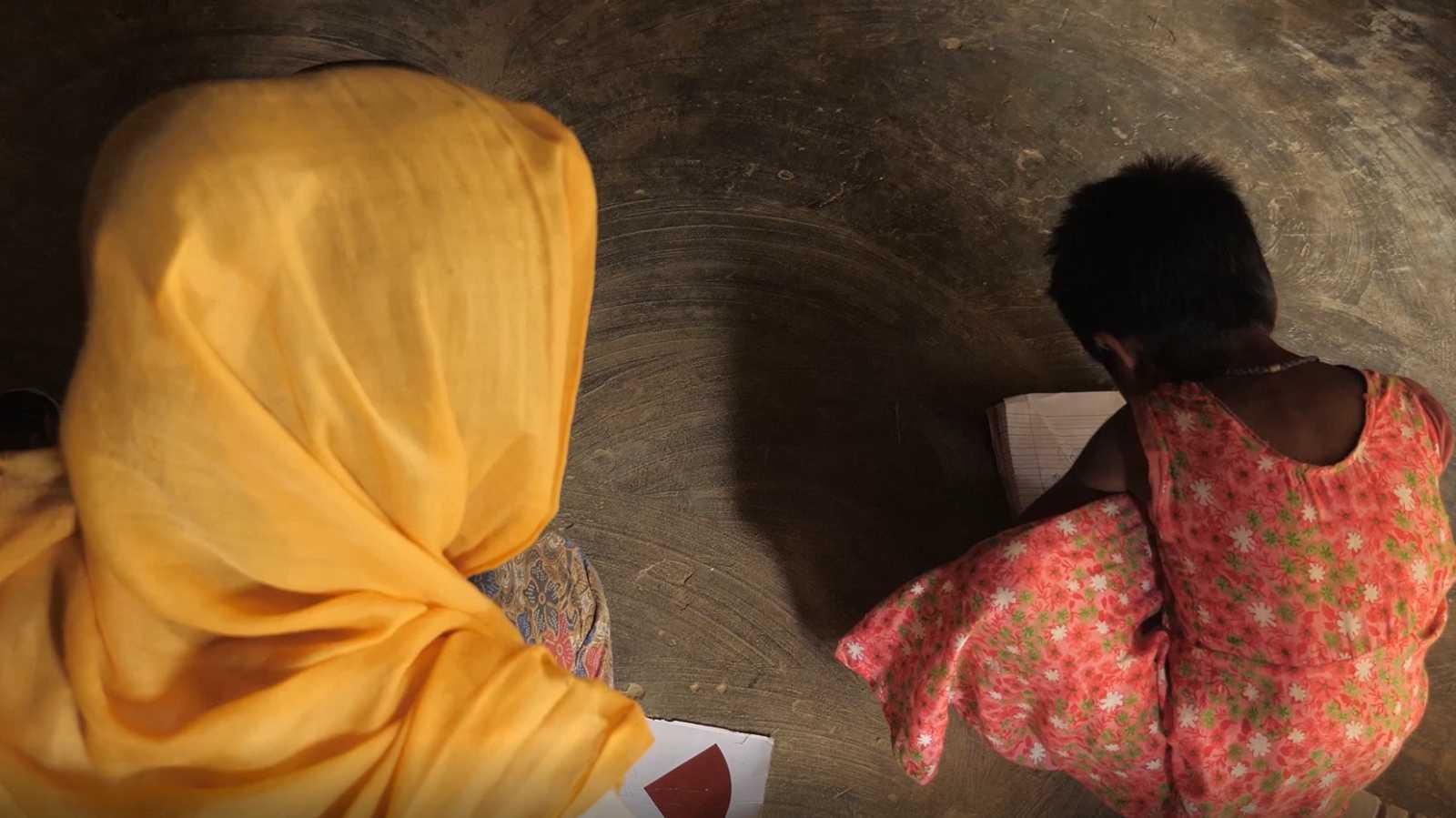 Azuma vigila a su hija Lala Bibi en un campamento de refugiados rohingya en Bangladesh. Tiene miedo de que desaparezca como su hermana Asma, víctima de la trata de personas.