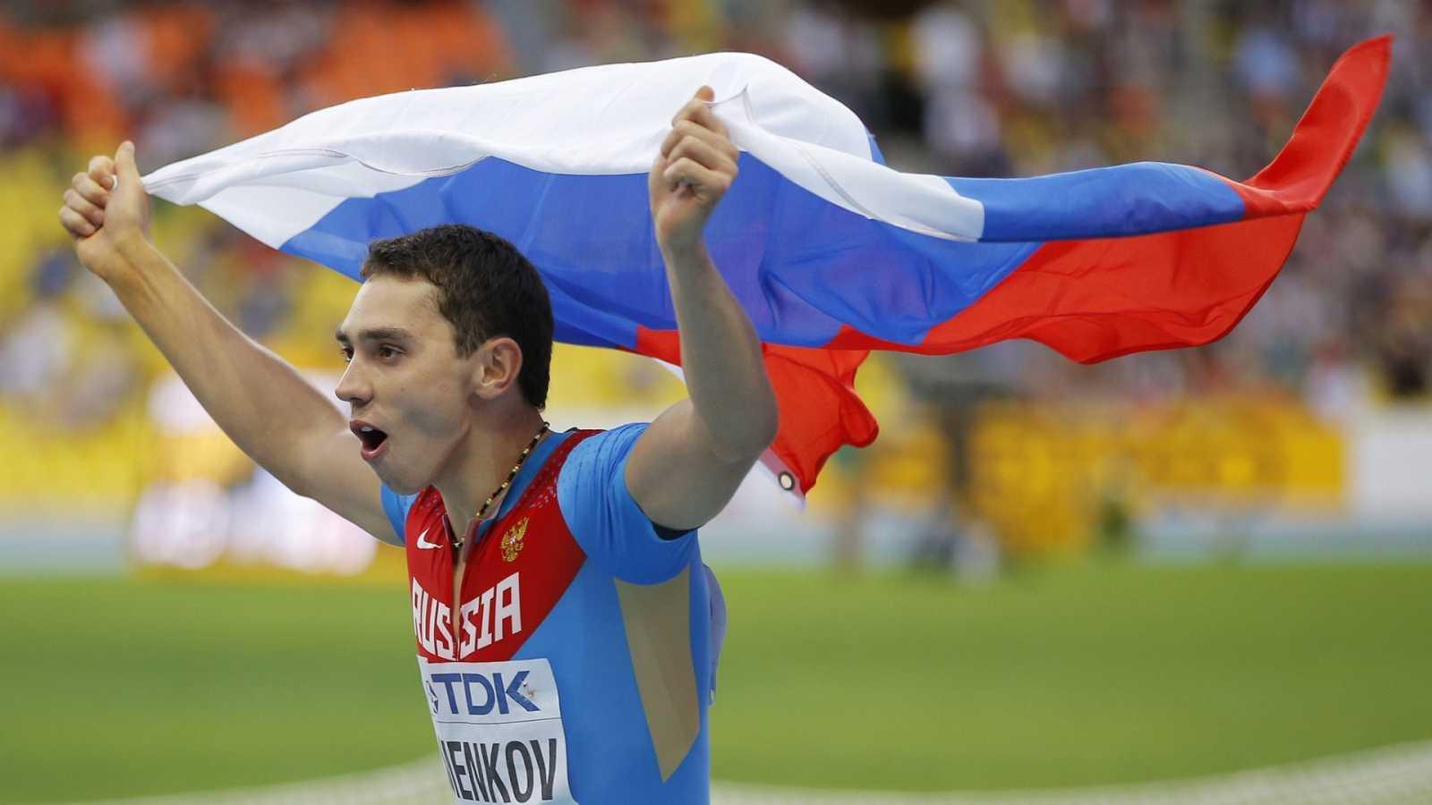 El ruso Aleksandr Menkov celebra su victoria en la final de salto de longitud de los Mundiales de Atletismo Moscú 2013