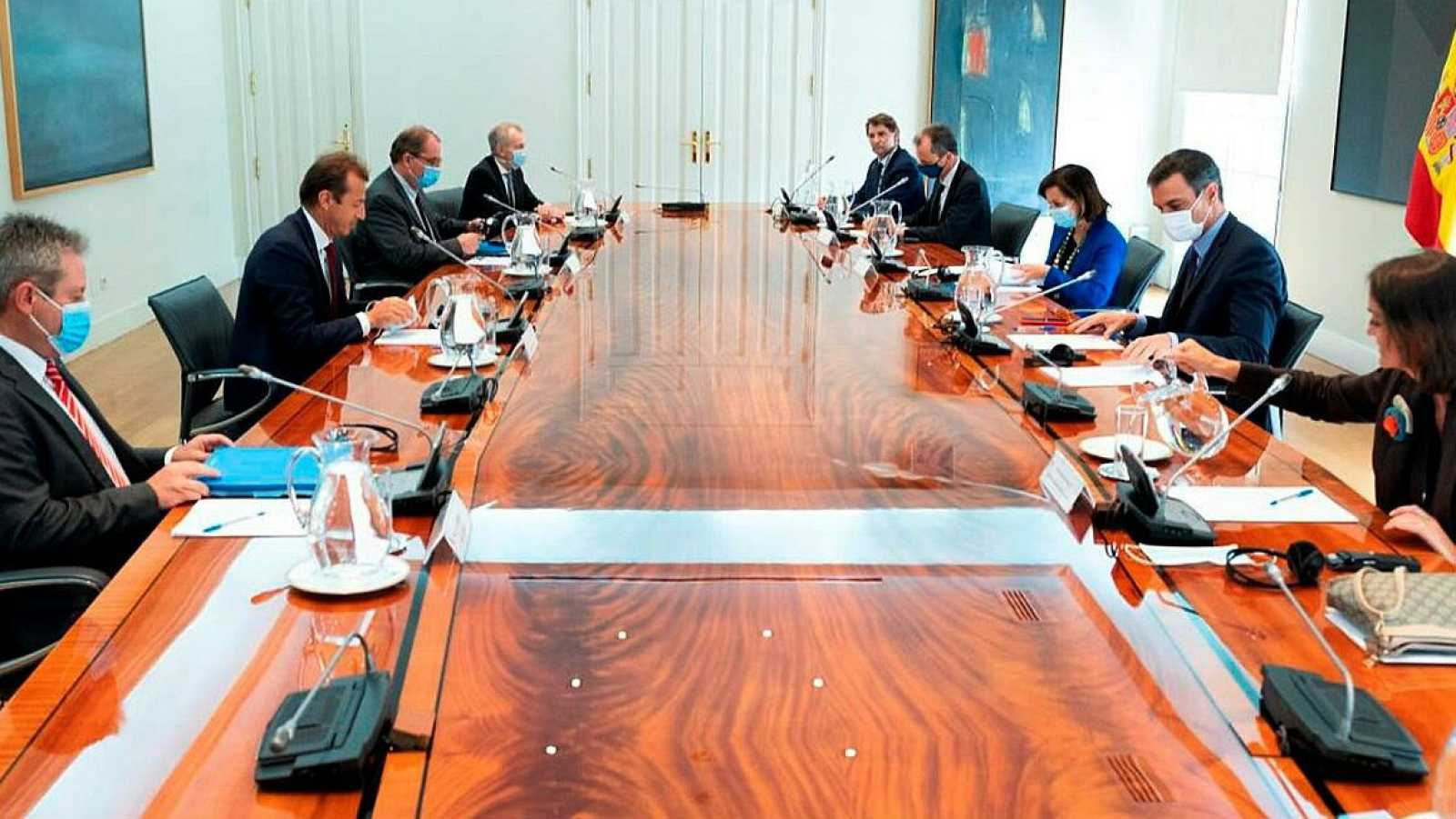 Miembros del Gobierno durante su reunión con el CEO de Airbus, Guillaume Faury, en la que han analizado el impacto de la pandemia en la industria aeroespacial.