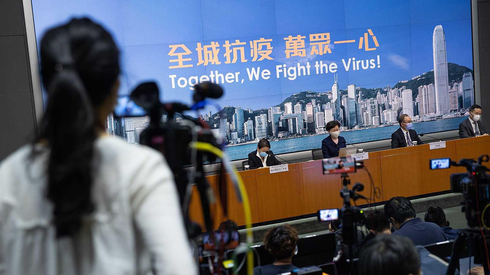 La presidenta de Hong Kong, Carrie Lam -tercera por la derecha-, habla durante una conferencia de prensa en Hong Kong, China, el 31 de julio de 2020.