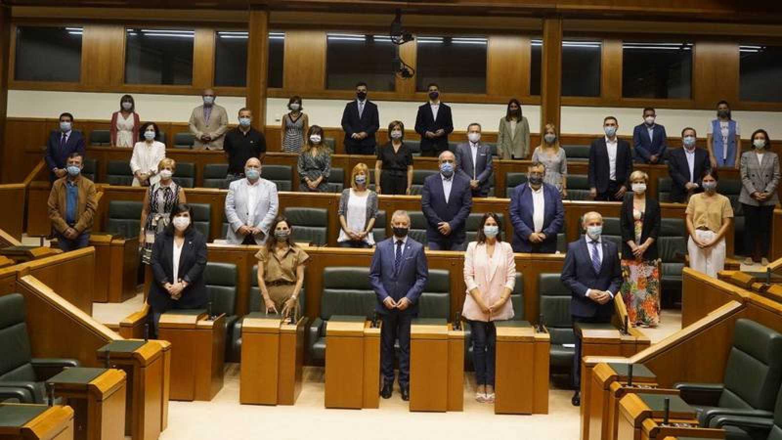 El grupo parlamentario del PNV posa en el salón de plenos a su llegada al Parlamento para acreditarse