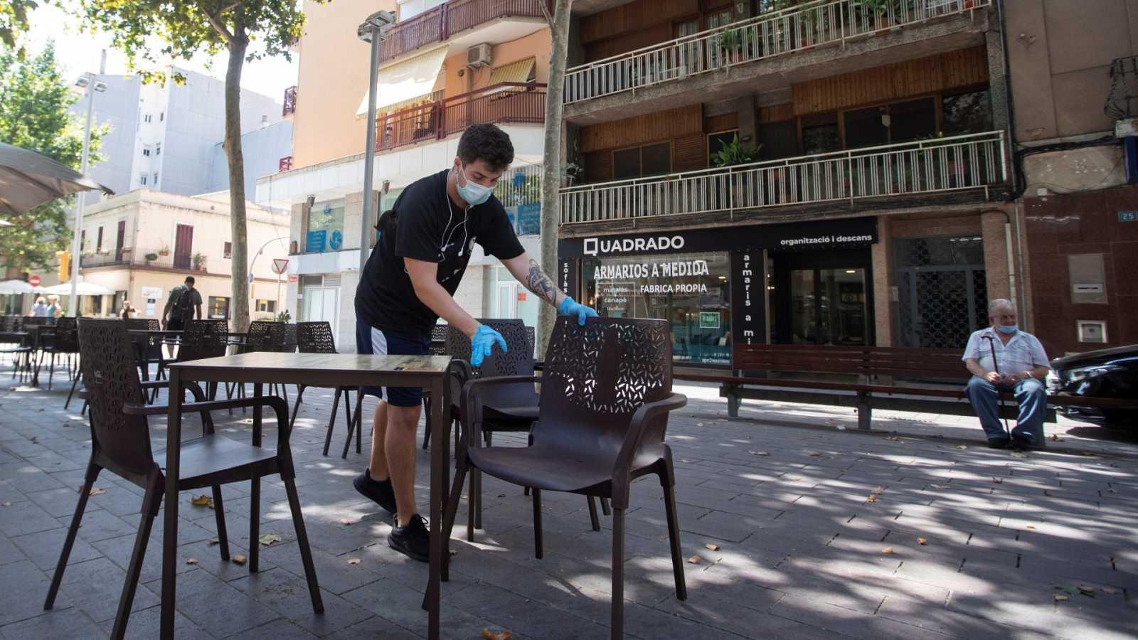 Un camarero prepara las mesas de un restaurante del centro de Gavà (Barcelona).