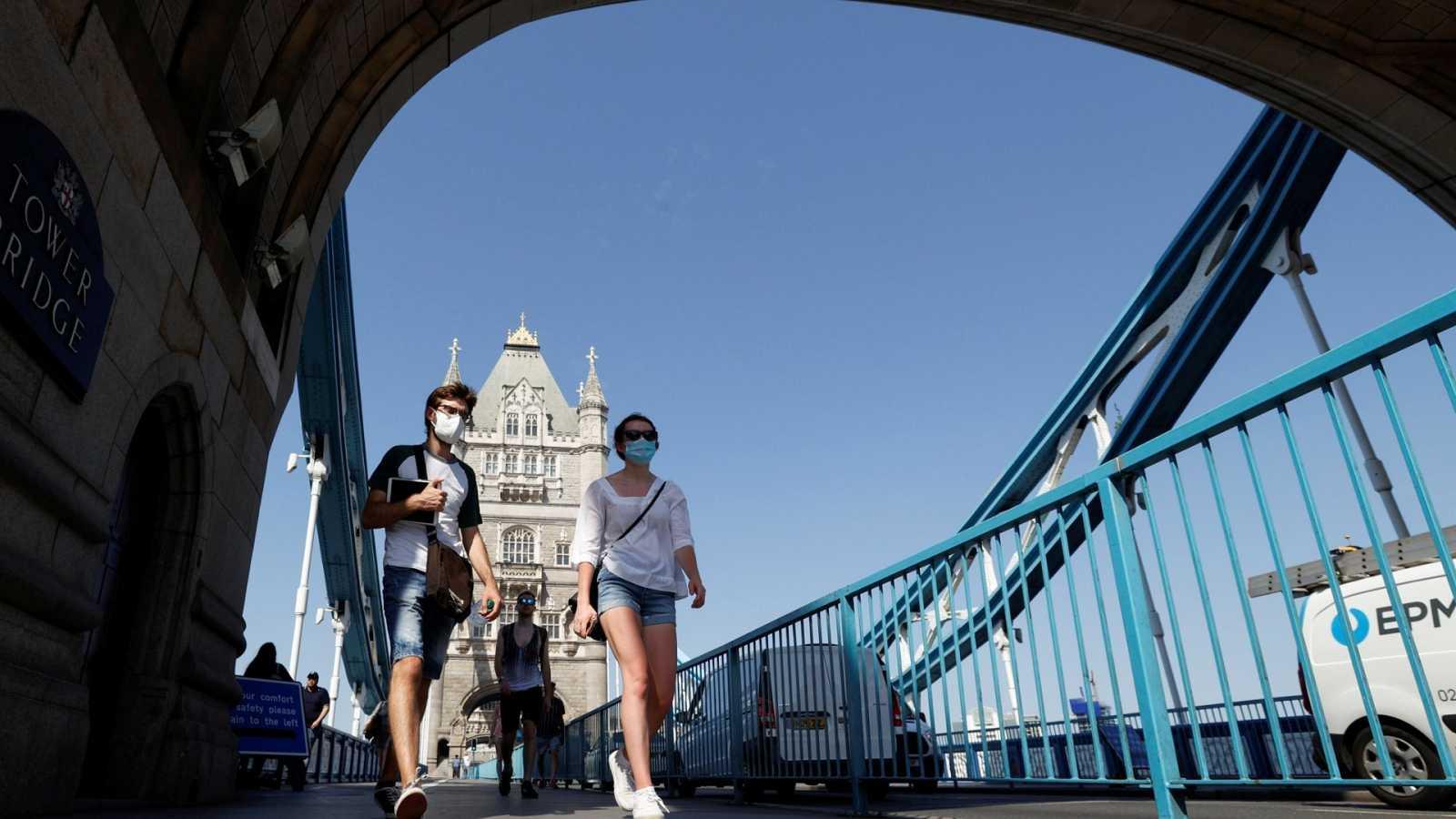 Paseantes con mascarilla en el Puente de la Torre de Londres