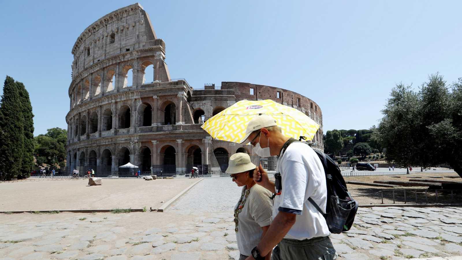 Una pareja pasea por el Coliseo en Roma