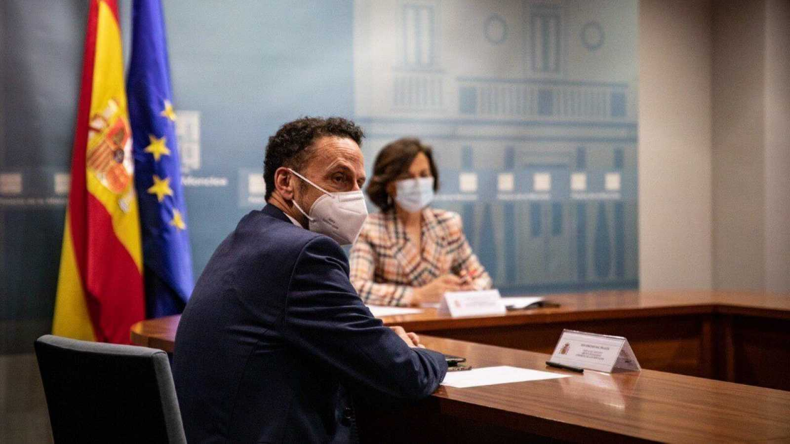 La vicepresidenta primera, Carmen Calvo, y el portavoz adjunto de Ciudadanos en el Congreso, Edmundo Bal, en sui reunión de junio