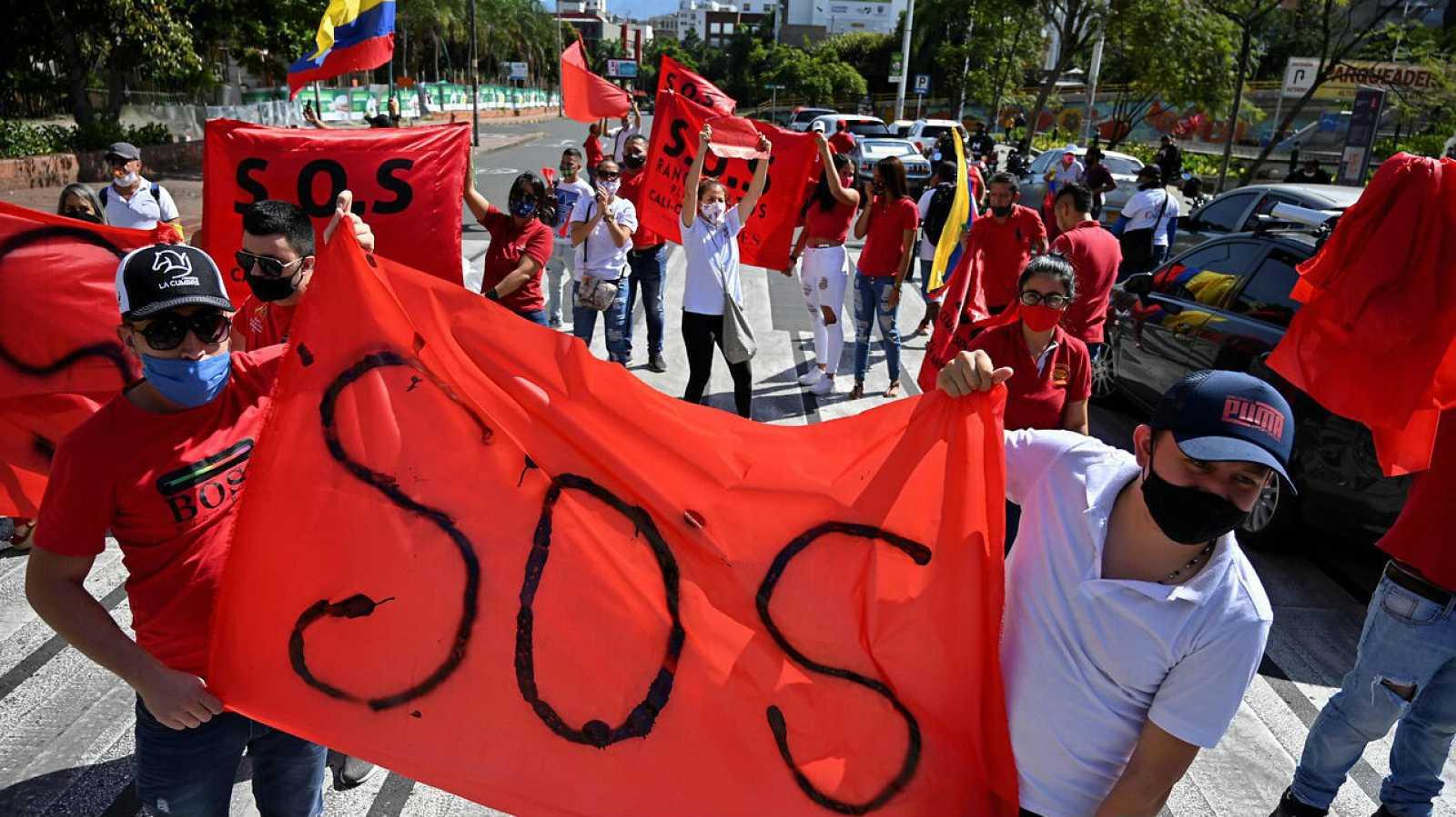 Propietarios de bares y restaurantes piden al gobierno que les permita reabrir sus negocios dada la difícil situación económica por pandemia de coronavirus en Cali, Colombia.