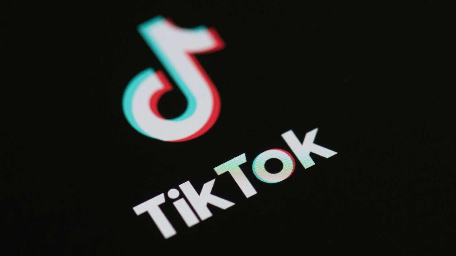 Logotipo de la aplicación de red social TikTok en la pantalla de un teléfono.