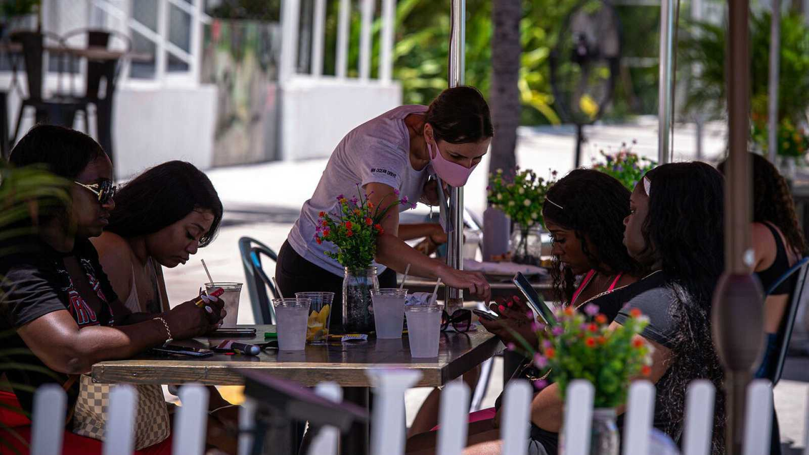 Un grupo de personas en la terraza de un restaurante en South Beach, en Miami, Florida (EEUU).