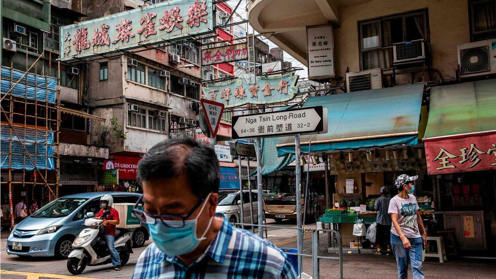 Peatones caminan por una calle en la ciudad de Kowloon, en Hong Kong.