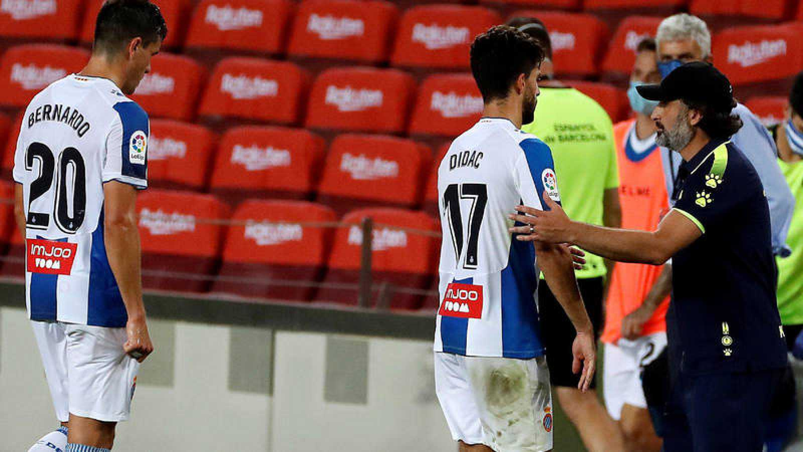 El entrenador del Espanyol Rufete (d) anima a Dídac (c), al término del partido de Liga en Primera División ante el FC Barcelona
