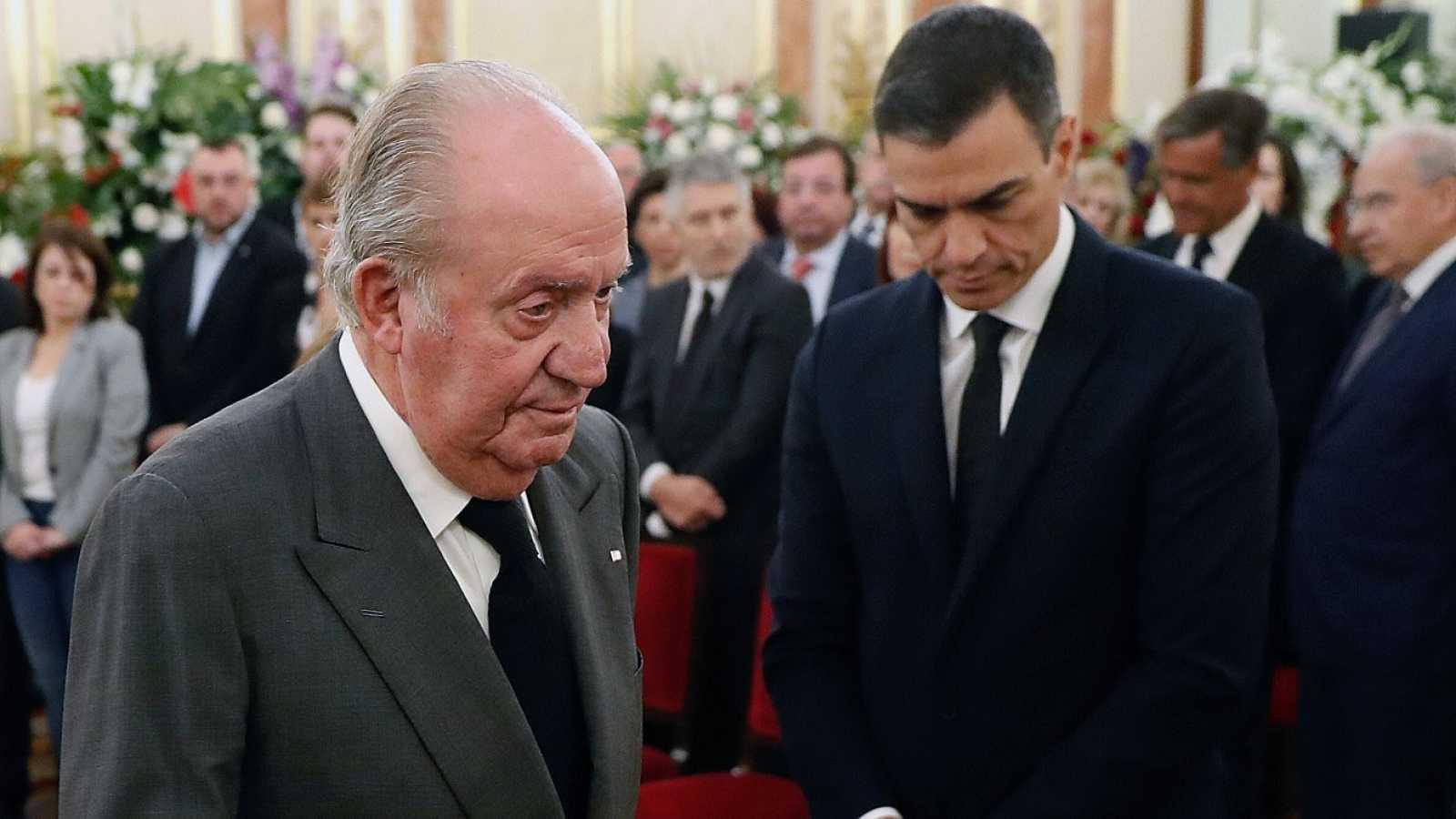 El rey emérito Juan Carlos junto al presidente del Gobierno, Pedro Sánchez