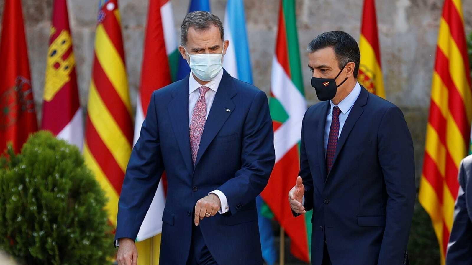 El rey Felipe VI y el presidente del Gobierno, Pedro Sánchez, a su llegada al monasterio de San Millán de Yuso el pasado viernes