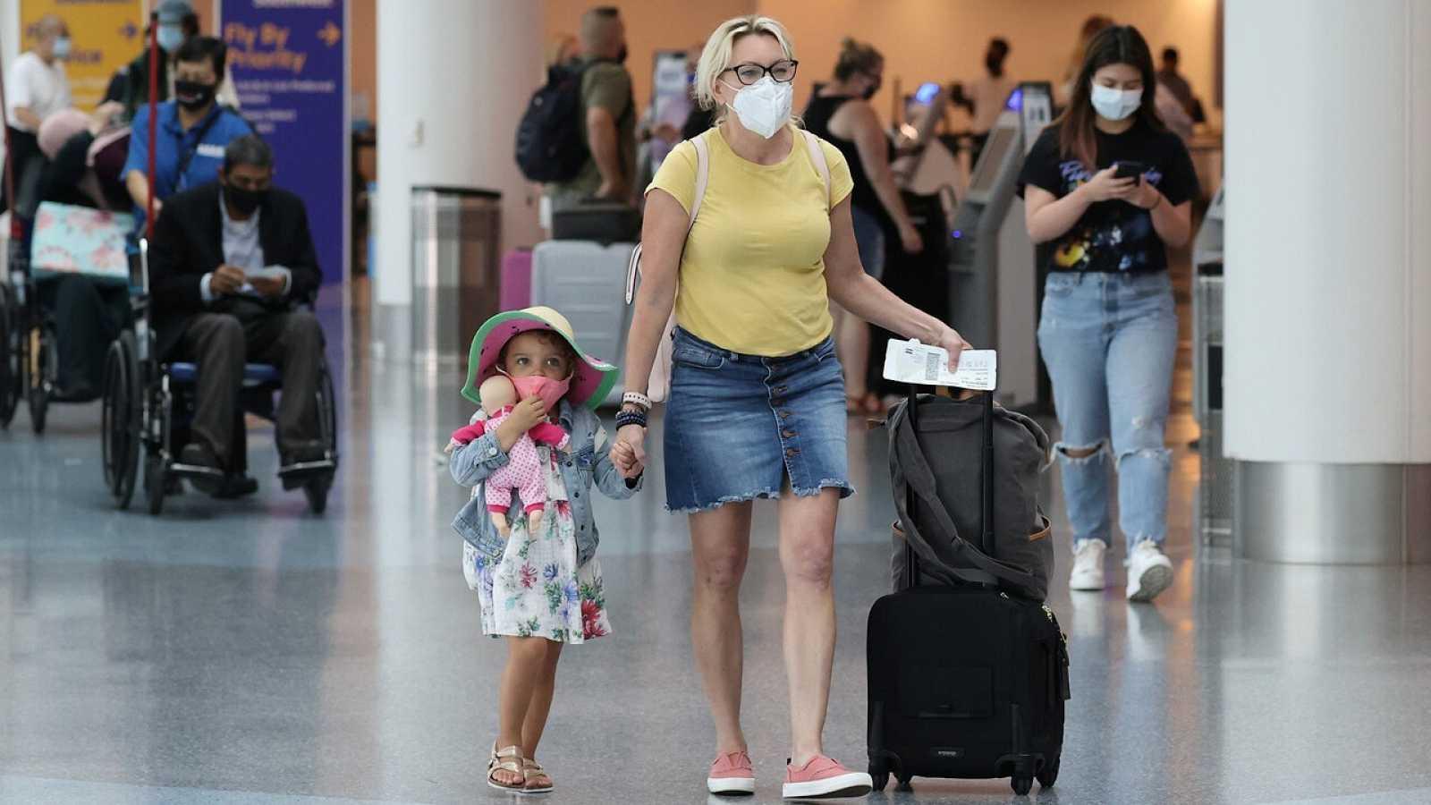 Pasajeros con mascarilla en un aeropuerto de Los Angeles, California (EE.UU.). REUTERS/Lucy Nicholson