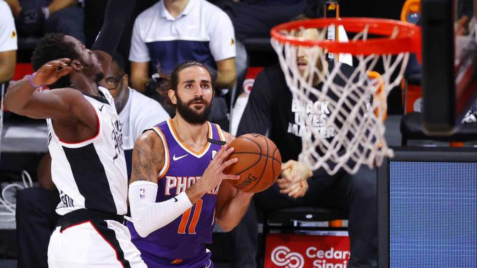 Ricky Rubio lanza a canasta en el partido de los Suns contra los Clippers.