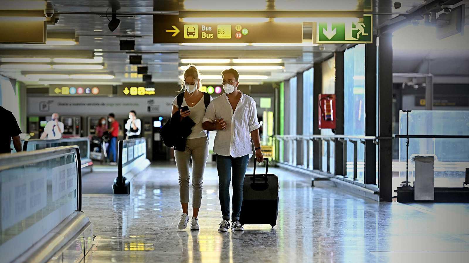 Turistas caminan por la terminal 4 del Aeropuerto de Barajas, en Madrid.