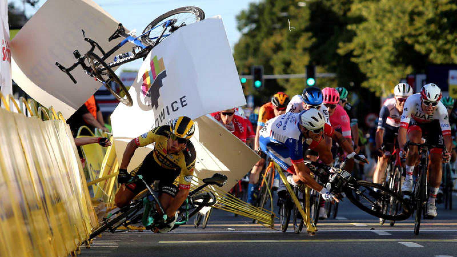 Groenewegen (en el centro) cae en la llegada de la primera etapa del Tour de Polonia.