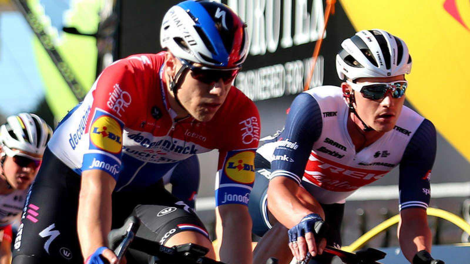 Fabio Jakobsen (con el maillot de campeón de Holanda, en el centro), durante la primera etapa del Tour de Polonia.