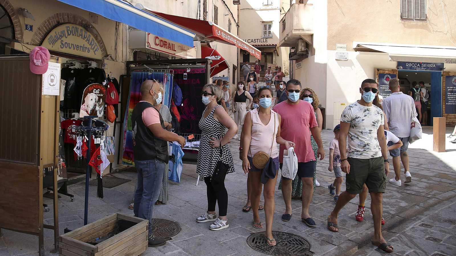 Turistas recorren una calle de la ciudad de Bonifacio, en Córcega.