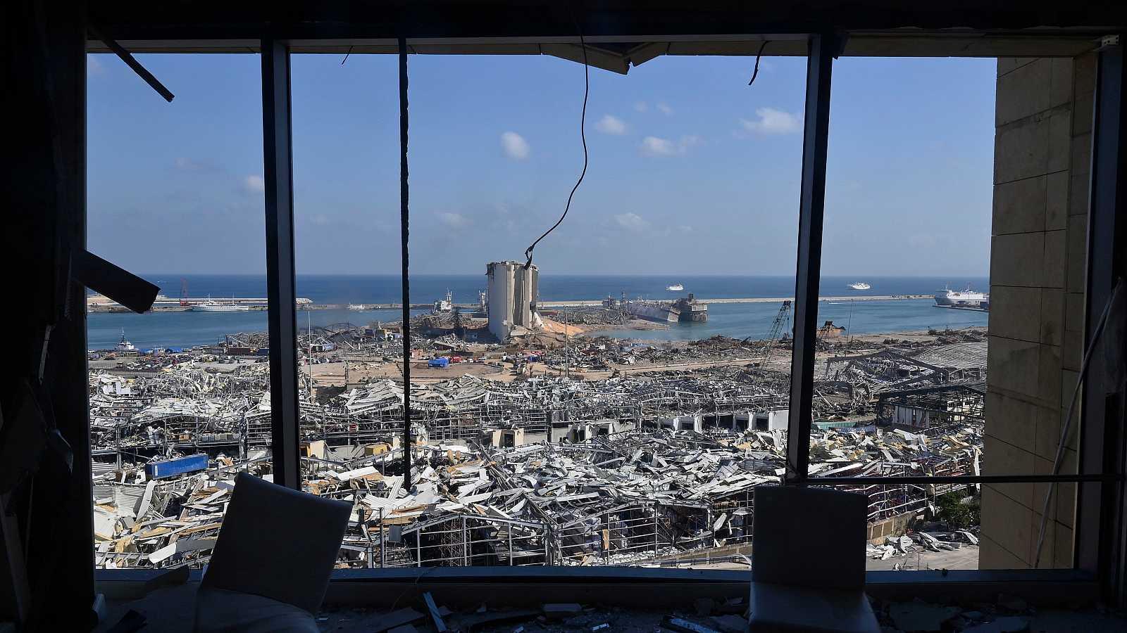 Una imagen tomada desde el interior de un edificio dañado muestra el área del puerto destruida como consecuencia de la explosión