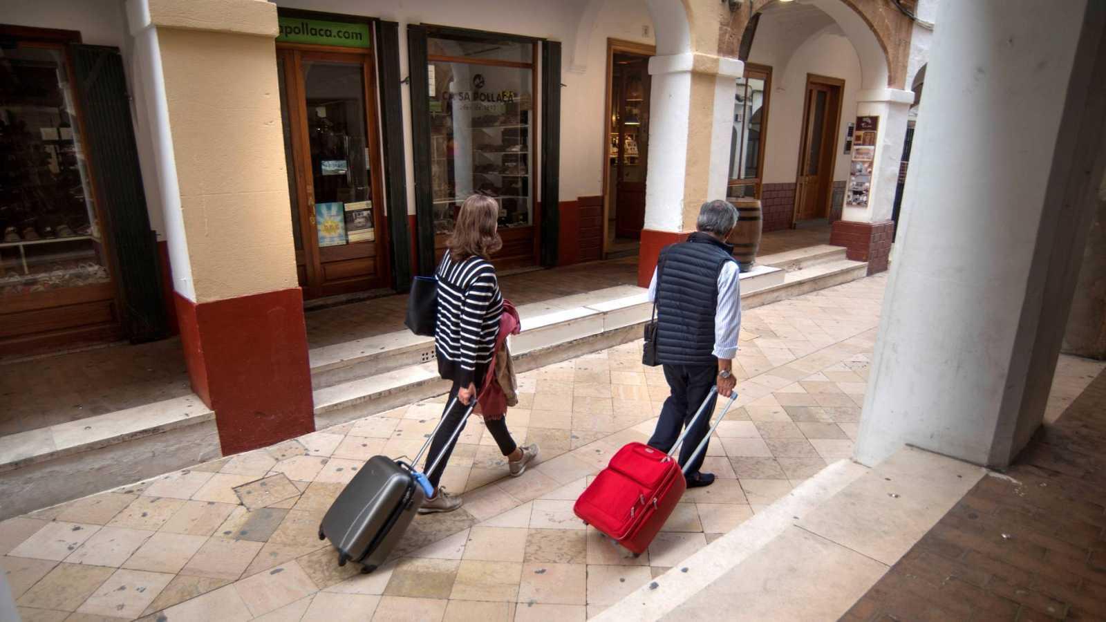 Dos turistas pasean por el casco antiguo de Ciutadella, en Menorca