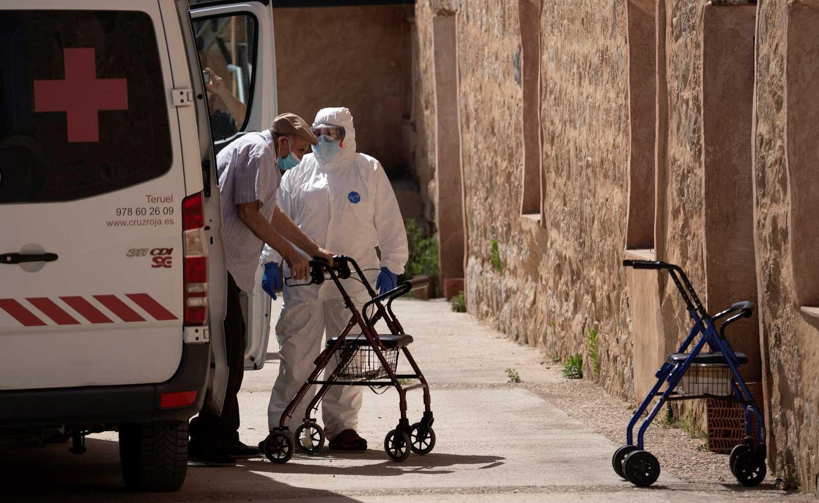 Residentes de Burbagena (Teruel) son trasladados a Albarracín (Teruel), debido a un brote de coronavirus.