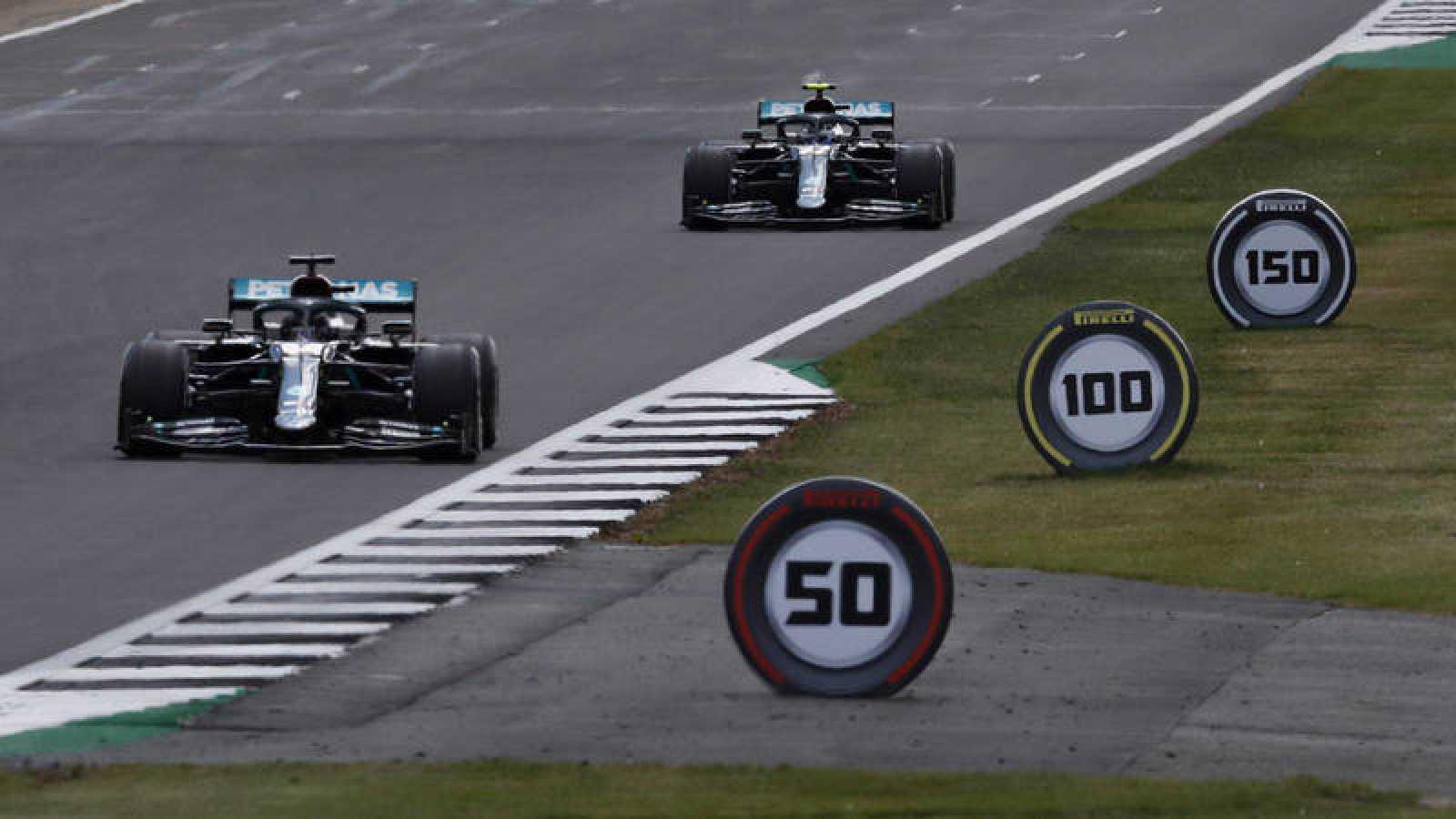 Hamilton y  Bottas durante la carrera disputada el pasado fin de semana en Silverstone, con neumáticos decorativos a un lado del circuito