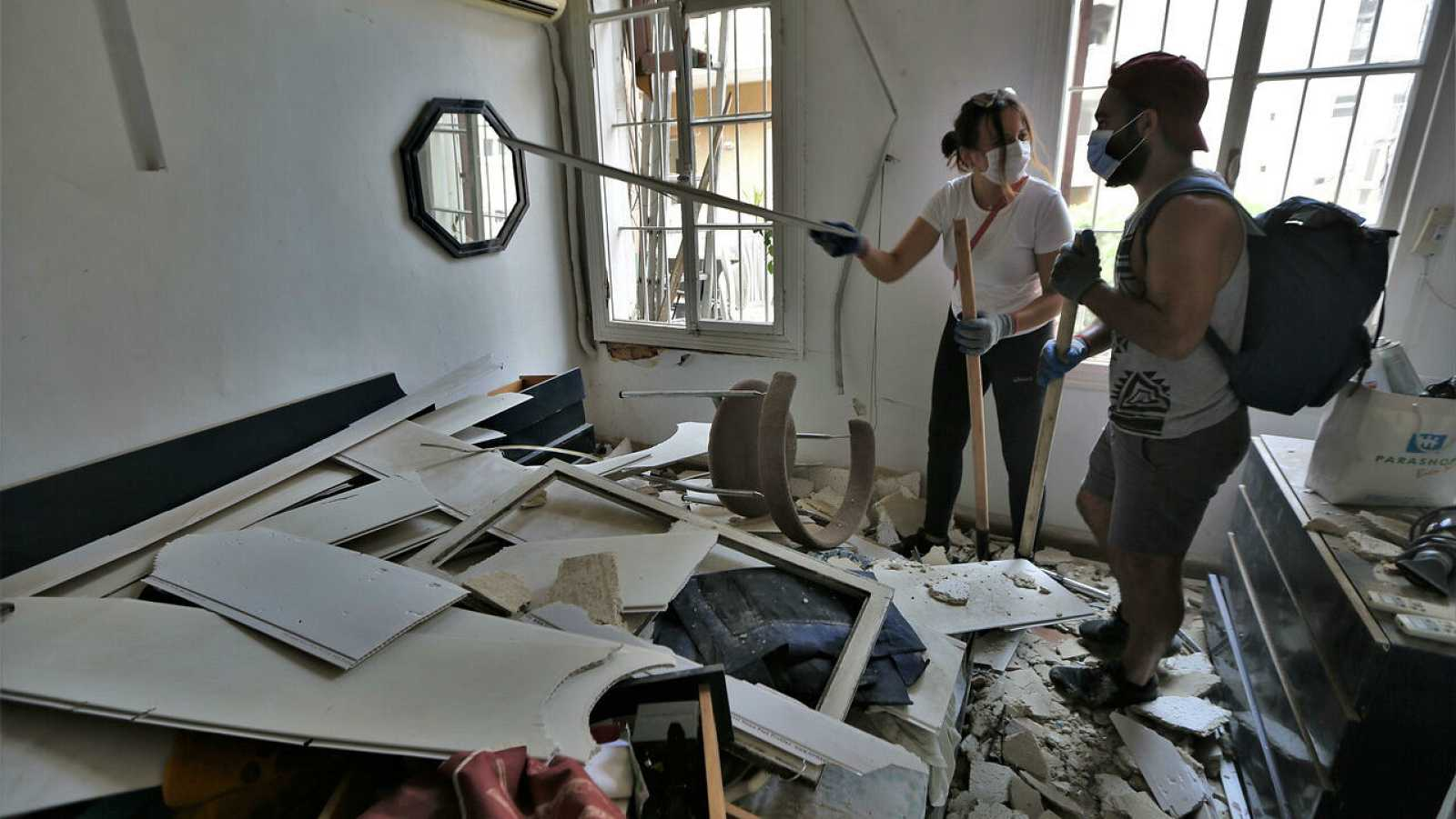 Varios voluntarios retiran los escombros de los edificios y ayudan a los residentes en Beirut, en Líbano.